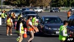 Ndihmat me ushqime ngarkohen në makina në Hacienda Heights, Kaliforni (4 dhjetor 2020)