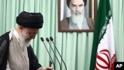 មេដឹកនាំជាន់ខ្ពស់ Khamenei នៃប្រទេសអ៊ីរ៉ង់ ព្រមានសហរដ្ឋអាមេរិកចំពោះការដាក់ទ័ណ្ឌកម្មប្រឆាំងអ៊ីរ៉ង់។