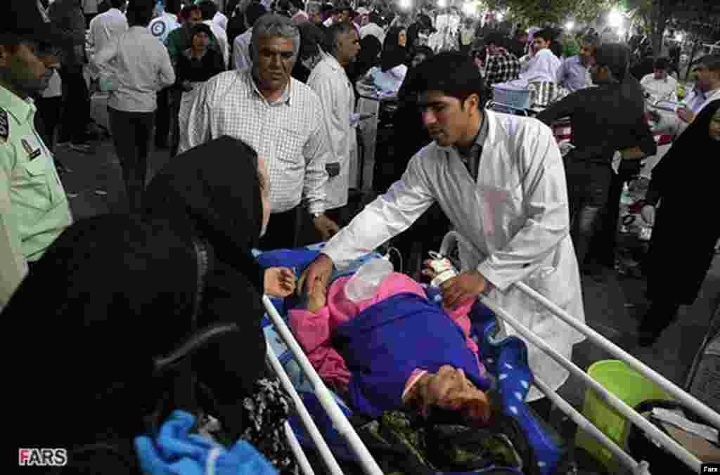 8月11日受到地震之後的阿哈爾鎮的救護人員將受傷居民送往醫院治療