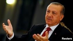 លោកប្រធានាធិបតី Tayyip Erdogan របស់តួកគីផ្តល់បទសម្ភាសន៍ដល់សារព័ត៌មាន Reuters នៅវិមានប្រធានាធិបតី ក្នុងក្រុងអង់ការ៉ា កាលពីថ្ងៃទី២១ ខែកក្កដា ឆ្នាំ២០១៦។
