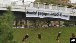 """Антиядерные активисты из Greenpeace вывесили на одном из мостов Вильнюса плакат со словами «Скажите """"Нет""""»"""
