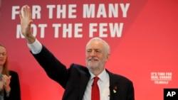 El líder del partido Laborista de Gran Bretaña, Jeremy Corbyn saluda al inicio de un evento de campaña en Londres, el 31 de octubre de 2019.