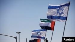 Arhiva - Nacionalne zastve Izraela i Ujedinjenih Arapskih Emirata vijore se duž autoputa the agreement to formalize ties between the two countries, in Netanya, Israel, Aug. 17, 2020.