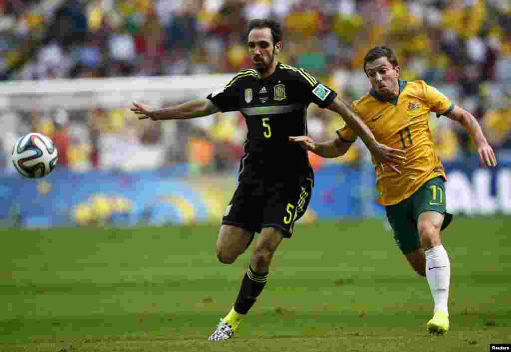 برازیل فٹ بال ورلڈ کپ کے گروپ بی کے کھیل میں اسپین اور آسٹریلیا کے کھلاڑی مدّمقابل ہیں