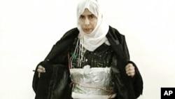 عراقی خاتون ساجدہ مبارک عطروس الريشاوی اپنی خود کش جیکٹ دکھا رہی ہیں۔ فائل فوٹو