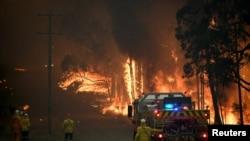 Petugas Dinas Pemadam Kebakaran New South Wales, berupaya memadamkan api kebakaran di dekat Wheelbarrow Ridge Road, Colo Heights, barat laut Sydney, Australia, 19 November 2019. (Foto: dok).