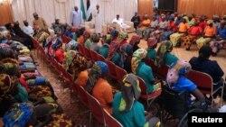 Presiden Nigeria, Muhammadu Buhari menerima 82 siswi Chibok yang baru dibebaskan dari militan Boko Haram, dalam pertemuan di Abuja, Minggu (7/5).