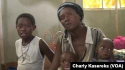 Rebecca Kawete avec ses deux enfants souffrant de malnutrition à l'hôpital de référence de Minova, RDC, 13 Février 2018. (VOA/Charly Kasereka)