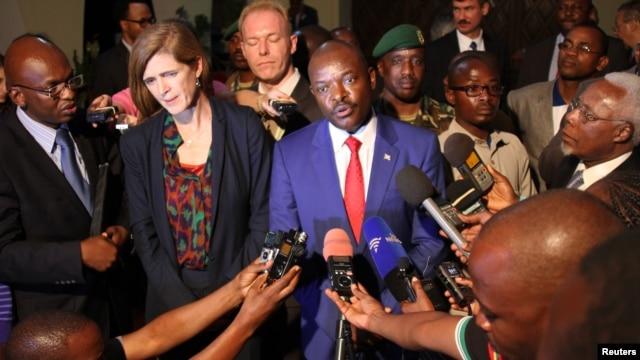 Samantha Power, the United States' U.N. ambassador, and Burundian President Pierre Nkurunziza speak to reporters in Gitega, Burundi, Jan. 22, 2016.