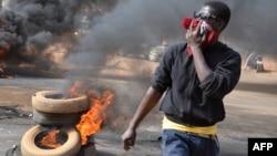 一名男子在首都尼亞美的抗議現場