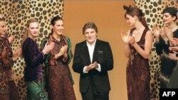 El diseñador de modas Emanuel Ungaro aplaude y es aplaudido por sus modelos el 16 de marzo de 1997 en París al final de la presentación de su colección Otoño/invierno 1997/98. AFP/Pierre Verdi.