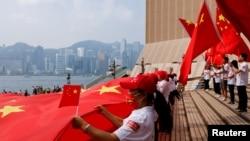中国国庆日在香港的亲北京人士挥舞中国国旗。(2021年9月28日)