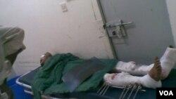 Salah seorang korban cedera bentrokan sengit antara militer Yaman dengan kelompok al-Qaida di wilayah Yaman selatan (Minggu, 4/3/2012).