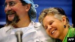 Bác sĩ chuyên ghép nội tạng Robert Montygomery (trái) của trường Y đại học John Hopkins, Maryland