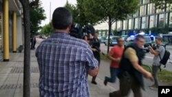 德國慕尼黑一個大型商場內星期五晚發生槍擊案。圖為警方趕往現場。