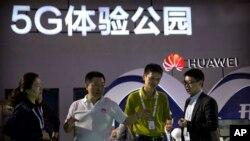 Iklan jaringan 5G Huawei pada sebuah pameran teknologi di Beijing, China (foto: ilustrasi).