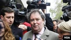 Mark Stephens, pengacara pendiri WikiLekas Julian Assange, berbicara kepada media di London.