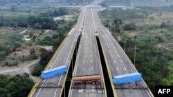 5일 베네수엘라 국가수비대가 콜롬비아 국경도시인 쿠쿠타와 베네수엘라 우레나를 연결하는 티엔디타스 다리에 유조 탱크와 화물 컨테이너 2개를 배치했다. 니콜라스 마두로 베네수엘라 대통령은 국제사회의 해외원조를 '정치 쇼'로 규정하고 이를 받아들일 계획이 없다고 말했다.