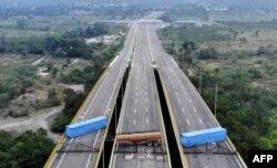 지난 7일 베네수엘라 국가수비대가 콜롬비아 국경도시인 쿠쿠타와 베네수엘라 우레나를 연결하는 티엔디타스 다리에 유조 탱크와 화물 컨테이너 2개를 배치했다. 니콜라스 마두로 베네수엘라 대통령은 국제사회의 해외원조를 '정치 쇼'로 규정하고 이를 받아들일 계획이 없다고 말했다.