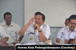 Wali Kota Padangsidempuan, Irsan Efendi Nasution (tengah), 26 Desember 2018. (Foto: Courtesy/Humas Kota Padangsidempuan)
