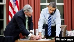 Presiden Barack Obama bersama Kepala Staf Gedung Putih Denis McDonough di Kantor Oval, Washington DC (Foto: dok). Presiden Obama telah mengeluarkan memo untuk Menlu Kerry agar dapat mempertimbangkan bantuan miiter bagi Somalia, Senin (8/4).