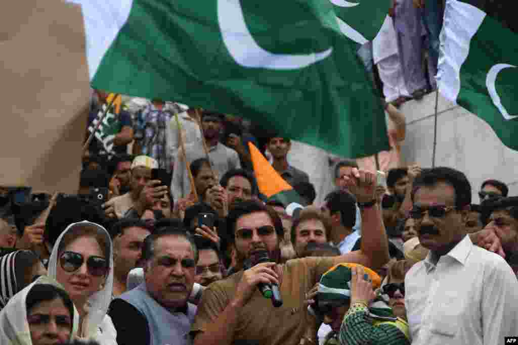 پاکستان کے کھلاڑیوں اور فن کاروں نے بھی اس احتجاج میں حصہ لیا۔ اسٹار کرکٹر شاہد آفریدی نے مزارِ قائد پر احتجاج میں شرکت کی۔