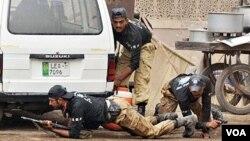 Polisi khusus Pakistan mengambil posisi siaga di luar masjid kota Lahore yang diserbu militan bersenjata, 28 Mei 2010.