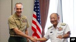 El jefe del Estado Mayor Conjunto de EE.UU., Joseph Dunford (izquierda) se reunió con el jefe del Estado Mayor de las Fuerzas de Autodefensa de Japón, almirante Katsutoshi Kawano, en Tokio, el viernes, 18 de agosto de 2017.
