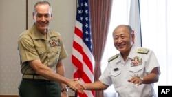 일본을 방문한 조셉 던포드 미 합참의장(왼쪽)이 18일 도쿄에서 일본 자위대 최고 지휘관인 가와노 가쓰토시 통합막료장과 회담을 가졌다.