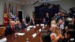 도널드 트럼프 미국 대통령이 29일 백악관에서 열린 마약 퇴치 관련 회의에서 기자들의 북한 관련 질문에 답하고 있다.