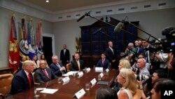 Prezidan ameriken an Donald Trump ki tap reponn kesyon laprès nan sal Roosevelt la nan Lamezon Blanch. Mèkredi 29 out 2018. (Foto: AP/Alex Brandon)
