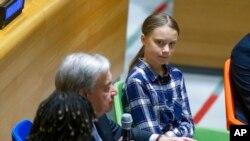 گرتا تانبرگ، نوجوان ۱۶ ساله سوئدی که مدتهاست کارزاری درباره تغییرات اقلیمی را راه انداخته در کنار دبیرکل سازمان ملل.