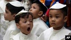 پوپ کا لباس پہنے ہوئے چند کم سن