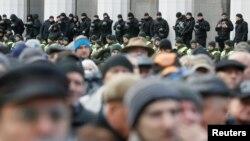 Полиция охраняет здание Верховной Рады во время митинга протеста оппозиции. Киев, Украина. 22 октября 2017 г.