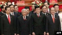 Các nhà lãnh đạo mới được bầu chọn của Đảng Cộng sản Việt Nam đứng trên sân khấu tại lễ bế mạc Đại hội đảng lần thứ 11 tại Hà Nội, ngày 19/1/2011