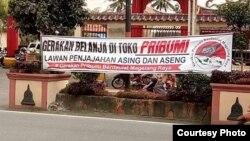 Spanduk bernada rasialisme terhadap keturunan China di depan sebuah vihara di Yogyakarta. (Courtesy Andi Setiono/Yogyakarta)