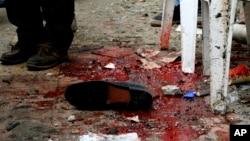 La sangre y las pertenencias en el suelo se ven después de una explosión que golpeó la Catedral de San Marcos en la ciudad costera de Alejandría, la sede histórica de la cristiandad en Egipto, el domingo 9 de abril de 2017.
