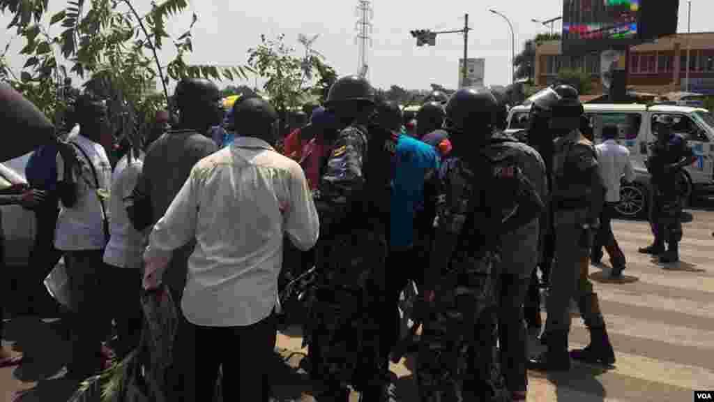 Les partisants de Kizza Besigye protestent aprés son arrestation à Kampala, Ouganda, 15 février 2016.
