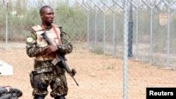 Un membre des forces de sécurité tient une garde à l'aéroport à Bouake, Côte d'Ivoire, le 31 janvier 2017.