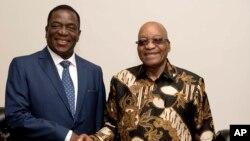 Emmerson Mnangagwa, ancien vice-président du Zimbabwe, à gauche, serre la main du président sud-africain Jacob Zuma lors d'une courte visite à Pretoria, Afrique du Sud, 22 novembre 2017.