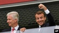 ایمانویل مکرون، رئیس جمهور فرانسه که برای تماشای رقابت نیمه نهایی تیم فوتبال کشورش به میدان پیترسبورگ روسیه رفته بود.