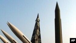 Tugu Misil Scud-B milik Korea Utara (kanan) dan Misil Korea Selatan di Museum Peringatan Perang Korea di Seoul (Foto: dok). Para diplomat PBB mensinyalir adanya pelanggaran sanksi PBB atas Pyongyang karena Korut dicurigai telah mengirimkan komponen misil balistik ke Suriah.
