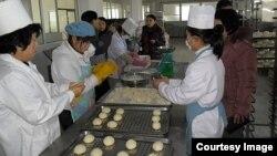 영국의 대북 지원단체 '북녘어린이사랑 (Love North Korea Children)'이 북한 황해남도에 세운 빵 공장에서 근로자들이 빵을 만들고 있다. '북녘어린이사랑' 웹사이트에 게재된 사진..