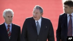 El gobernante cubano Raúl Castro es escoltado en el aeropuerto de Santiago de Chile tras su llegada para la cumbre de CELAC.