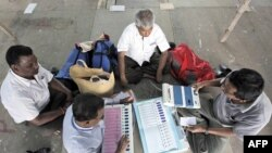 Nhân viên bầu cử kiểm tra các máy bỏ phiếu điện tử (EVM) tại Kolkata