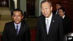 អគ្គលេខាធិការអង្គការសហប្រជាជាតិលោក បាន គីមូន (Ban Ki-moon) (រូបស្តាំ) ជាមួយនឹងបុគ្គលិករបស់សាលាក្តីខ្មែរក្រហម នៅក្នុងអគារតុលាការខ្មែរក្រហមនៅជាយក្រុងភ្នំពេញ។