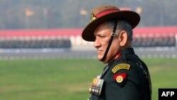 بھارتی آرمی چیف جنرل بپن راوت نے کہا ہے کہ لائن آف کنٹرول پر صورت حال کسی بھی وقت بگڑ سکتی ہے اور بھارت کو اس کے لیے تیار رہنے کی ضرورت ہے۔ (فائل فوٹو)
