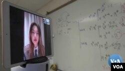 ورجینیا کی کرسٹین چین کے لاک ڈاؤن شہر ووہان سے ویڈیو چیٹ کے ذریعے اپنی کلاس میں پڑھ رہی ہے۔