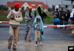 Para migran tiba di perbatasan Hungaria-Austria di Nickelsdorf, Austria, 5 September 2015.