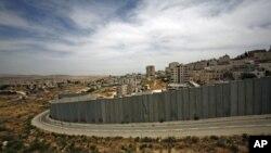 Une section, près de Jérusalem, de la muraille de sécurité érigée par Israël